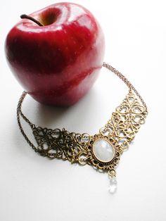 Collier en métal bronze et cabochon de Pierre de Lune: Snow White : Collier par caladhiel