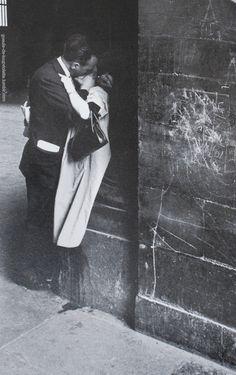 Édouard Boubat- Couple au Louvre,Paris,1960.