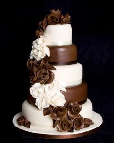 Wanted chocolate wedding cake but groom doesn't like chocolate- this would've been good compromise! Not having chocolate wedding cake through off my whole plans :-) maybe anniversary party. Gorgeous Cakes, Pretty Cakes, Amazing Cakes, Cool Wedding Cakes, Wedding Cake Designs, Wedding Ideas, Wedding Sweets, Wedding Photos, Chocolate Roses