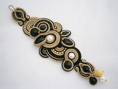 Pulseras - Black and gold-colored soutache bracelet - hecho a mano por allushkaa en DaWanda Boho Jewelry, Beaded Jewelry, Jewelery, Beaded Cuff Bracelet, Beaded Necklace, Bracelets, Soutache Earrings, Tassel Earrings, Shibori