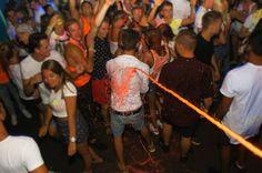 Auf der NeonSplash Party im Bondi Beach Club in Calella bleibt kein Shirt trocken :) #calella #bondibeach #maxtours