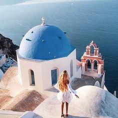 The more you let go, the higher you rise. @pilotmadeleine  #santorini #greece