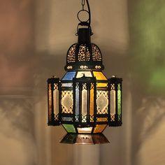Abends gemütlich im Schein von Kerzen und Laternen auf dem Balkon oder der Terrasse sitzen und das Leben genießen. Ein besonders mediterranes Flair, wie im Urlaub, verbreitet diese Marokko Laterne mit verschiedenfarbigen Glaseinsätzen.