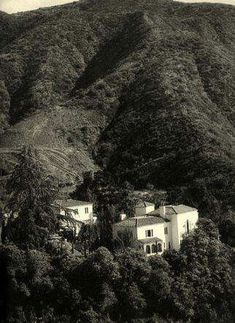 A gorgeous view of Falcon Lair as it appeared once Doris Dukes renovations were complete. The house would remain virtually unchanged until the late a wonderful reminder of the early days of Hollywood, perched high in the hills of Benedict Canyon. Hooray For Hollywood, Golden Age Of Hollywood, Vintage Hollywood, Classic Hollywood, Rudolph Valentino, Garden Of Allah, Doris Duke, American Mansions, Los Angeles Hollywood