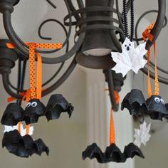 Chcete svoje deti zabavit a zároveň ich potešiťstrašidelnou Halloweenskou výzdobou? Vyrobte s nimi tieto kartónovénetopiere a listových duchov! Je to veľmi jednoduché a určite si pri práci užijete kopecsrandy      Pomôcky na výrobu netopiera:   Kartónový obal na vajíčka Nožnice Čierna farba (kľudne aj obyčajná vodová alebo temperová) Štetec Lepidlo Pohyblivé nalepovacie oči (zoženiete v papierníctve) Oranžová stužka         Pomôcky na výrobu ducha:   Javorový list (pokiaľ…