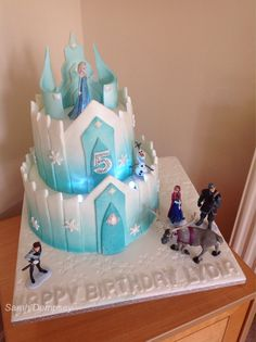 Frozen Elsa's castle cake Bolo Frozen, Torte Frozen, Elsa Torte, Frozen Castle Cake, Frozen Theme Cake, Frozen Birthday Theme, 4th Birthday Cakes, Geek Birthday, Disney Frozen Party