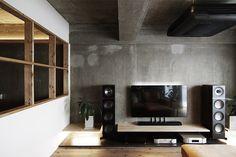 スピーカーを設置するため、リビング床の一部をモルタルに。  by EIGHT DESIGN