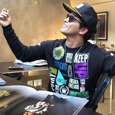 """""""What is the first thinf that sticks out for you? For me its: finesse """" Bruno Mars Tattoos, Bruno Mars Music, Perfect Music, Dimples, Celebrity News, Celebrity Crush, Future Husband, Beautiful Men, Beautiful People"""