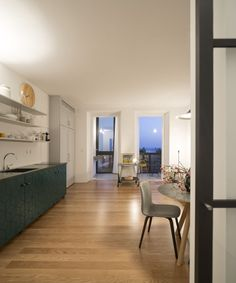 The client bought an old apartment in Lisbon's downtown. Although charming at the first glance, it was, somehow, broken.  The spatial system was erratic, with all the programs in the wrong place: the living room was facing the street side (north) and...