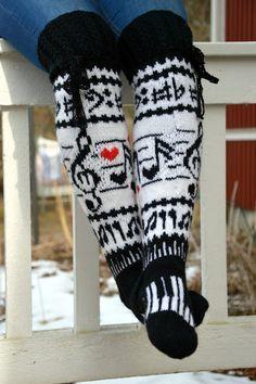 KARDEMUMMAN TALO: Karnaluksissa uusia tuulia Malli: Musiikkisukat by Nina Kankaanpää, koko 39  Lanka: Novita 7 veljestä valkoinen, musta ja hieman punaista, yhteensä 286 g  Puikot: Prym bambuiset nro 3,5 Knitting Socks, Leg Warmers, Crochet, Needlework, Gloves, Legs, Womens Fashion, Leggings, Knit Socks