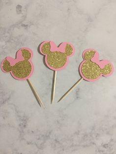 Centro de Minnie Mouse, rosa y oro Minnie Mouse, oro Glitter Minnie Mouse Minnie Mouse Cupcake Toppers, Minnie Mouse Theme Party, Minnie Mouse First Birthday, Theme Mickey, 1st Birthday Girls, 1st Birthday Parties, Birthday Party Decorations, Minnie Mouse Cake Decorations, Mouse Parties