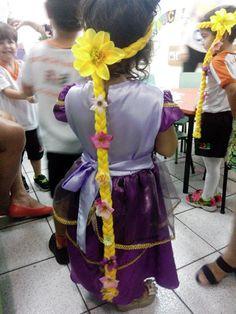 Tiara da Rapunzel feita de lã com aplicação de flores. Tamanho da trança: 100cm (da ponta té a ponta da trança). Fazemos outros tamanhos.