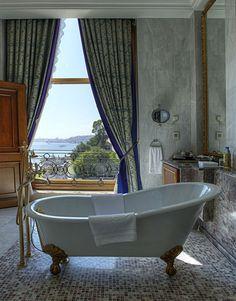 Diese Badewanne steht im besten Hotel Europas. Welches das ist? Hier stehts: http://www.travelbook.de/europa/Das-beste-Hotel-Europas-steht-am-Bosporus-449039.html