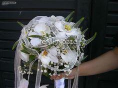 http://www.lemienozze.it/gallerie/foto-bouquet-sposa/img27423.html  Particolare bouquet sposa di rose bianche per il matrimonio