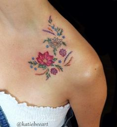 30 vintage flower tattoos that are perfect for old souls. Vintage Blume Tattoo, Vintage Flower Tattoo, Pretty Flower Tattoos, Flower Wrist Tattoos, Flower Tattoo Back, Flower Tattoo Shoulder, Beautiful Tattoos, Vintage Flowers, Incredible Tattoos