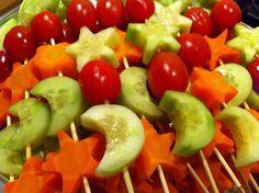 Voor het kerstdiner: komkommer en wortel (kort gekookt) uitsteken met kerstvormpje en samen met cherry tomaatjes op een stokje rijgen. Door een maantje te steken van komkommer houd je een vormpje over voor op de top van de spies.