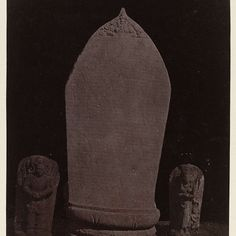 Inscribes slab (Old Javanese language, East Javanese Kawi script) from Candi Lor with a kalamukha on top (rear view); three statuettes (Surya, Nandi, femal dification imade), Residential house. Kediri, Kediri district, East Java province, 900-910 AD., Isidore van Kinsbergen, 1866 - 1867 - Rijksmuseum