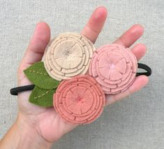 alice brans posted No sew felt circle flower tutorial = cute headband to their -crochet ideas and tips- postboard via the Juxtapost bookmarklet. Felt Diy, Felt Crafts, Fabric Crafts, Sewing Crafts, Sewing Projects, Diy Crafts, Felt Flowers, Diy Flowers, Fabric Flowers