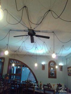 Bombillas de carbón y cableado rústico estilo araña Restaurante Pan De Trigo