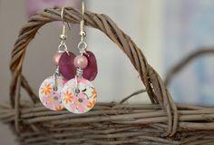 Boucles d'oreilles sans nickel, boutons bois fleurs roses et nacres - Bijoux TessNess : Boucles d'oreille par tessness