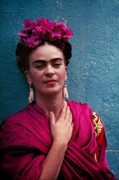 """Travel Notes: Dal Diario di Frida Kahlo.  """"Sette operazioni alla colonna vertebrale, il dottor Farill mi ha salvata, mi ha ridato la gioia di vivere. Sono ancora seduta su una sedia a rotelle e non so se potrò riprendere presto a camminare. Devo portare un busto di gesso, una pena terribile, ma mi aiuta a reggere la spina dorsale. Non ho dolori, ma sono sempre stanchissima e, ma questo è naturale, spesso sono disperata, in un modo indescrivibile. E tuttavia ho ancora voglia di vivere."""""""