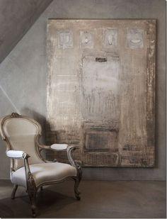 In de master-bad, een mooie, zeer gesneden houten stoel, zit naast een onverwachte hedendaagse doek. Belgisch design is alles over de stemming, de rustige kleuren, de schaarsheid van het interieur tegen de uitgestrektheid van de architectuur, en de texturen - de ruwe, rustieke elementen vermengd met gladde, glanzende kristallen en glazen .:...