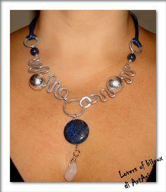 2962/71 collana realizzata completamente a mano, costituita da alluminio, perle in foglia d'argento, lapislazzuli.