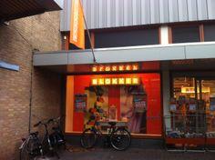 De gevelreclame van Blokker is zoals altijd duidelijk aanwezig en vangt de aandacht door de positie van de winkel en de bekende oranje kleur. Zeer sterk.