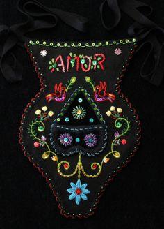 Algibeira dos namorados Folk, Invitations, Embroidery, Christmas Ornaments, Beads, Minho, Holiday Decor, Clothes, Red Flannel