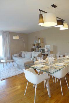 Salle à manger avec table plateau en verre et chaise à coque | salle à manger ouverte sur le salon | Pièce à vivre | séjour | crème taupe bois clair | style scandinave épuré chic et féminin