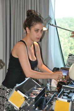 Resultado de imagen para Adini Feriha Koydum Set - Behind The Camera Turkish Beauty, Indian Beauty, Feriha Y Emir, Muslim Beauty, South Indian Actress Hot, Actrices Hollywood, Stylish Girl Images, Celebrity Wallpapers, Female Actresses
