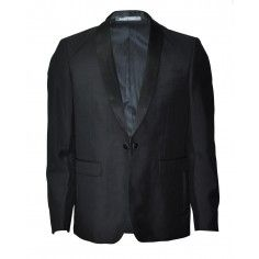 The black blazer is a must have and it goes with both jeans, chinos and shorts!