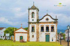 Igreja Santa Rita dos Pardos Libertos (de 1722), que fica em frente ao mar e é um dos cartões-postal de Paraty. Veja mais >>> http://www.guiaviagensbrasil.com/blog/paraty-de-bracos-abertos-para-todos/