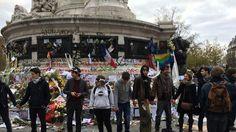 France. Dimanche 30 novembre 2015. Des militants forment une chaîne humaine pour empêcher certains manifestants de s'emparer des bougies du mémorial pour les jeter sur les CRS.