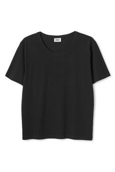 The Last Tee is the definitive Weekday t-shirt.It is madeof softorganic cotton and hasshort sleeves and a simple round neck. - Size Small measures 98 cm in chest circumference and 62,50 cm in front length. The sleeve length is 22 cm.