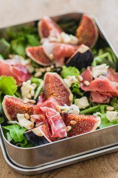 Een heerlijke herfstige maaltijdsalade met vijgen, serranoham, blauwe kaas en een heerlijke balsamicodressing.  via @theanswerisfood Real Food Recipes, Cooking Recipes, Healthy Recipes, Lunch To Go, Lunch Box, Food Inspiration, Cobb Salad, Good Food, Dinner
