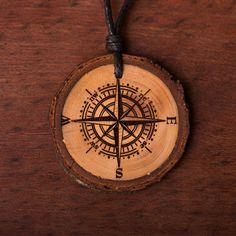 Kompass - Ketten Holzschmuck aus Naturholz / Anhänger Compass Tattoo, Wood Burning, Pocket Watch, Accessories, Ideas, Compass, Chains, Handmade, Ring