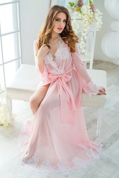 An ideal bridal robe is as important as a wedding dress. Select best robe to look perfect in the evening after the wedding and next morning. Honeymoon Lingerie, Bridal Robes, Wedding Lingerie, Bridal Gown, Jolie Lingerie, White Lingerie, Lingerie Set, Ropa Interior Babydoll, Chiffon Maxi