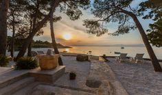 Kameno zdanje naziva Beach house - Fisherman house u uvali Mutnik na otoku Braču