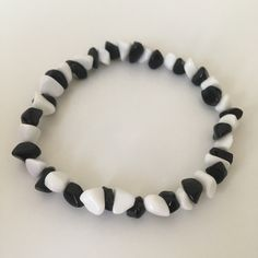 A stretch bracelet with black onyx and white agate beads #etsyshop #beadedbracelet #stretchbracelet #onyxbracelet #agatebracelet #casualbracelet Coral Bracelet, White Agate, Agate Beads, Stretch Bracelets, Black Onyx, Etsy Shop, Unique Jewelry, Handmade Gifts, Kid Craft Gifts