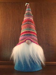 Deze kerel is een must-have voor cadeau geven of kerst versieren! Fergus, de Zweedse Tomte, is liefdevol gemaakt van een repurposed trui en voelde. Zijn hoed is hand gestikt van een kleurrijke gestreepte 100% Schotse wollen sjaal. Deze fel gekleurde sjaal heeft geweest reimagined in de warme muts die Fergus draagt. Hand gestikt en genaaid door mij met een naald en borduurwerk floss geweest. Zijn volledige, pluizige baard is helder wit faux bont. Hij sport een lange turquoise vilt vacht en…