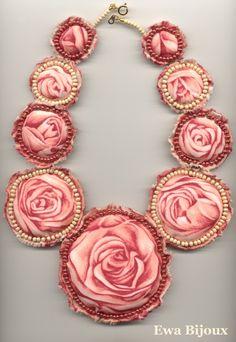"""Collier textile """"Le Parfum des Roses"""", création bijou textile, modèle unique fait main par Ewa Bijoux"""