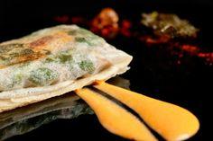Ravioli crujiente de lacón con grelos y salsa de chorizo