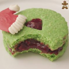 Brit + Co's Grinch Linzer Cookies - Traditional linzer cookies get a Grinch makeover with this simple decorative cookie recipe from our - Grinch Cookies, Xmas Cookies, Pumpkin Cookies, Grinch Cake, Best Sugar Cookie Recipe, Best Sugar Cookies, Easy Cookie Recipes, Cracker Cookies, Cookies Et Biscuits