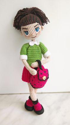 Знакомьтесь - куколка Николь.  -рост 19 см  -внутри проволочный каркас  -связана девочка из хлопковых ниточек  -волосы можно расчесывать расческой с редкими зубчиками  -одежда не снимается (только рюкзачок)  -стоит самостоятельно