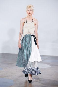 TOGA (トーガ) がロンドンファッションウィークにて最新の2017年春夏コレクションを発表した。今季デザイナー古田泰子が打ち出したのは、ピンストライプのシャツにグレンチェックのテーラリングセットアップ、そしてリブニットなど、ウィメンズウェアのベーシックアイテムを D.I.Y. 感覚でアレンジした40体のルック。色紙を切り貼りしたようなベルベットのパッチワーク、パテントの帯ベルト、アシンメトリックな構造など自由な感性が存分に生かされたアイテムは、ネオンオレンジ、ライムグリーン、バイオレットをはじめ目の覚めるようなアシッドカラーにより更にエッジの効いたスタイリングへと落とし込まれた。
