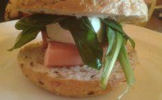 Egy igazi DIY szendvics medvehagymával és virslivel.