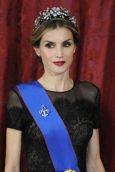 DIADEMA FLORAL  Una de las favoritas de Letizia, que la ha lucido mientras ha sido Princesa de Asturias en numerosas ocasiones. Creada por la joyería Mellerio en 1875, tiene cinco flores de diamantes.