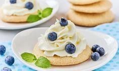 Drobne biszkopty zlekką masą śmietankową iowocami Muffins, Pancakes, Breakfast, Food, Biscuits, Morning Coffee, Muffin, Essen, Pancake
