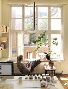 窓辺に椅子を置いてみて。 なんだかいつもの景色もちょっと特別な景色に見えるかもしれません。